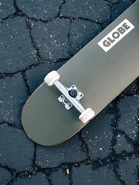 "Globe Goodstock skateboard 8,25/"" x 32/"" Park Street De Fatigue Vert"